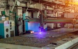Machine pour la coupe automatique moderne de laser de plasma des métaux, la coupe de plasma avec le laser et le laser, production image libre de droits