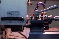 Machine pour la coupe en métal pour faire des pièces en métal photographie stock libre de droits