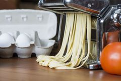 Machine pour la pâte de roulement et couper les pâtes, les oeufs et la Floride italiens Photo libre de droits