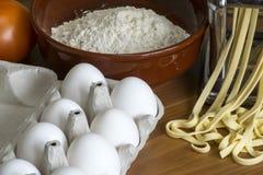 Machine pour la pâte de roulement et couper les pâtes, les oeufs et la Floride italiens Photos libres de droits