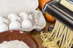 Machine pour la pâte de roulement et couper les pâtes, les oeufs et la Floride italiens Photographie stock libre de droits