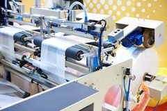 Machine pour la production des sachets en plastique photo stock