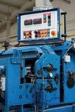 Machine pour redresser et couper le métal Photos libres de droits
