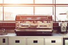 Machine professionnelle de café dans la cuisine du restaurant Équipement et dispositifs modernes photo libre de droits
