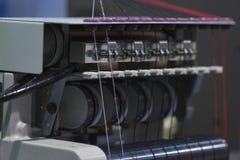Machine professionnelle pour appliquer la broderie sur le tissu différent Photographie stock libre de droits