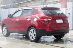 Machine propre de Washington de véhicule, lavage de voiture avec l'éponge et boyau Photographie stock