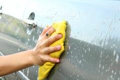 Machine propre de Washington de véhicule, lavage de voiture avec l'éponge et boyau photos libres de droits