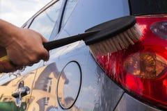 Machine propre de Washington de véhicule, lavage de voiture avec l'éponge et boyau Photos stock