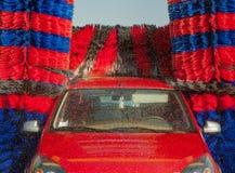 Machine propre de Washington de véhicule, lavage de voiture avec l'éponge et boyau Photographie stock libre de droits