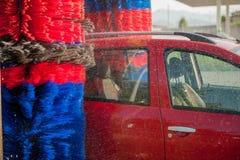 Machine propre de Washington de véhicule, lavage de voiture avec l'éponge et boyau Photo libre de droits