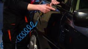 Machine propre de Washington de véhicule, lavage de voiture avec l'éponge et boyau Un homme lave une voiture E Plan rapproché Mou banque de vidéos
