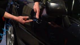 Machine propre de Washington de véhicule, lavage de voiture avec l'éponge et boyau Un homme lave une voiture E Plan rapproché clips vidéos
