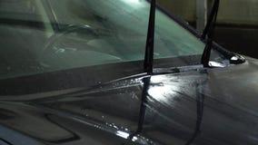 Machine propre de Washington de véhicule, lavage de voiture avec l'éponge et boyau Un travailleur de station de lavage lave une v clips vidéos