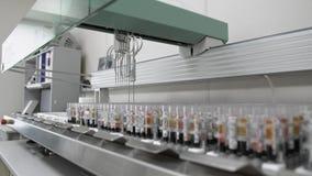 Machine robotique automatisée d'examen médical, équipement de laboratoire diagnostique clinique banque de vidéos