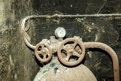 Machine rouillée dans la vieille station putréfiée Photos stock