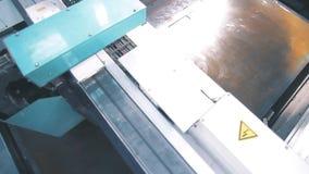 Machine scherp metaal in fabriek Hallo-technologie productie stock video