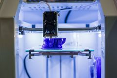 Machine tridimensionnelle automatique de l'imprimante 3D imprimant le mod?le en plastique photos stock