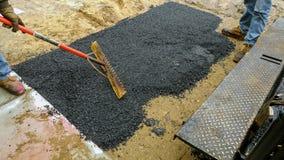 Machine van de arbeiders de Asfalterende betonmolen tijdens Wegstraat die de werken herstellen royalty-vrije stock foto