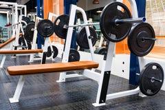 Machine vide d'exercice de banc à presse dans le gymnase moderne photos stock