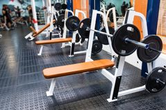 Machine vide d'exercice de banc à presse dans le gymnase moderne photographie stock