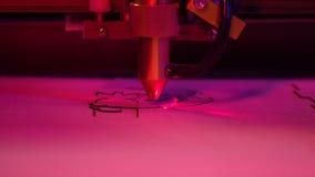 Machine voor het houten dichte omhoog aardige rode en blauwe licht van de laserbesnoeiing stock videobeelden
