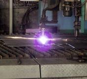 Machine voor het moderne automatische knipsel van de plasmalaser van metalen, plasmaknipsel met laser en laser, productie royalty-vrije stock afbeeldingen
