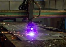 Machine voor het moderne automatische knipsel van de plasmalaser van metalen, plasmaknipsel met laser en laser, verwerking stock foto
