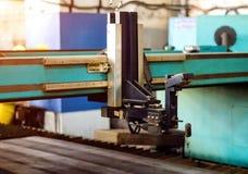 Machine voor het moderne knipsel van de plasmalaser van metaal, het snijden van metaal door plasma en laser, technologie stock fotografie