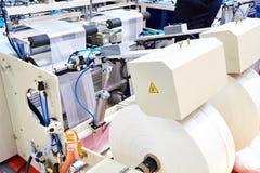 Machine voor productie van plastic zakken stock fotografie