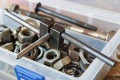Machinekraan met de oude bouten en de noten in een opslagdoos royalty-vrije stock foto's