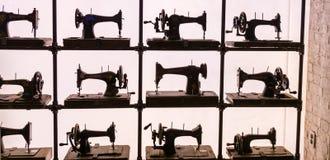 Machines à coudre antiques dans la vitrine Photo stock