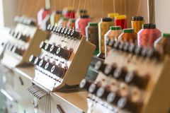 Machines à coudre de textile dans le hall d'usine Photographie stock libre de droits