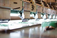 Machines à coudre de textile dans le hall d'usine Photographie stock