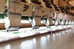 Machines à coudre de textile dans le hall d'usine Image libre de droits