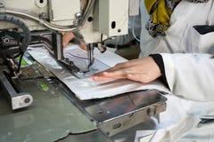 Machines à coudre industrielles avec l'opérateur de machine à coudre Images stock