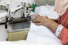 Machines à coudre industrielles avec l'opérateur de machine à coudre Photo stock