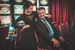 Machines à sous de Coulenear dans un intérieur de luxe de casino Photo libre de droits