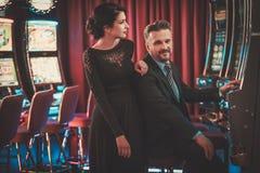 Machines à sous de Coulenear dans un intérieur de luxe de casino Photographie stock