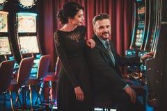 Machines à sous de Coulenear dans un intérieur de luxe de casino Photographie stock libre de droits