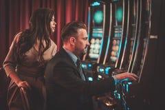 Machines à sous de Coulenear dans un intérieur de luxe de casino Photos libres de droits