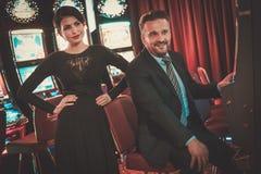 Machines à sous de Coulenear dans un intérieur de luxe de casino Image libre de droits