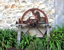 Machines antiques rouillées en bois et en métal Photos stock