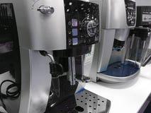 Machines automatiques de café à l'exposition sur le fond blanc de cuisine image libre de droits