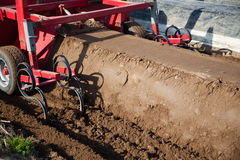 Machines d'agriculture sur le gisement d'asperge Photo stock