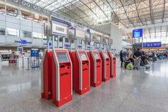 Machines d'enregistrement d'individu à l'aéroport Images stock