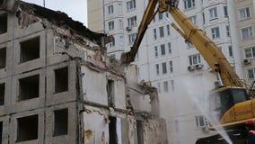 Machines d'excavatrice travaillant à la vieille maison de démolition banque de vidéos