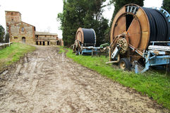 Machines d'irrigation dans la campagne toscane Image stock