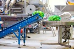 Machines dans la vente en gros de fruits et légumes Image stock
