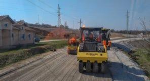 Machines de asphaltage sur le chantier de construction prêt pour le travail sur la route photographie stock libre de droits
