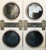 Machines de blanchisserie dans la laverie automatique publique image stock
